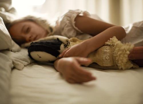 menina-dormindo-com-boneca