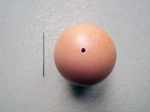 Fazer dois furos nos topos do ovo