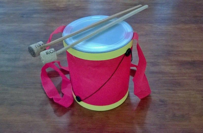 Todas as crianças adoram tocar e fazer barulho, fingem que quase tudo oque faz barulho é um tambor. Baseado nisso, vamos construir um tambor!?