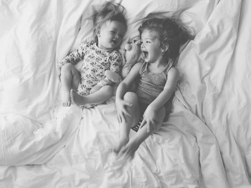 Há irmãos que são mais que irmãos: são amigos. Há irmãos que fazem inveja aos filhos únicos. Há os que fazem os filhos únicos sentir que ainda bem que estão sozinhos. Há irmãos de todos os géneros, como todas as famílias, todas as dinâmicas, todas as vivências.