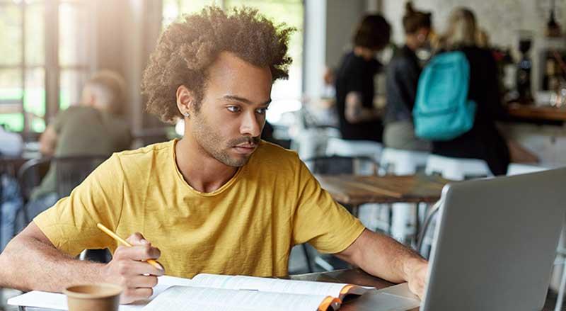 Carta a um jovem universitário Estás a começar uma etapa importante da tua vida. Já ouviste dizer que é determinante, que vai mudar tudo e por isso sentes algum peso sobre os ombros.