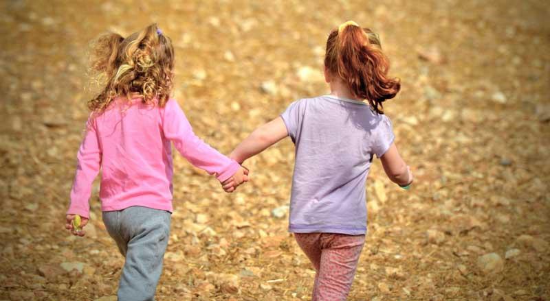 Sim, saímos sempre com as nossas filhas com autismo